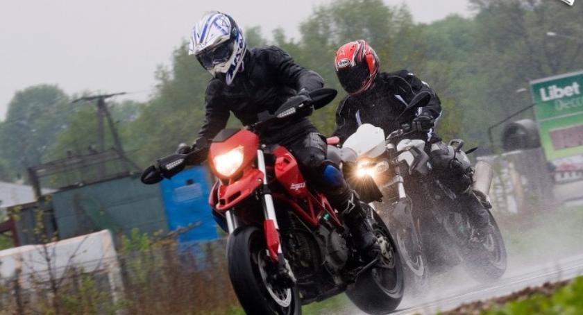Drogi, Polewanie jezdni wodą niebezpieczne pułapki motocyklistów Białołęce - zdjęcie, fotografia