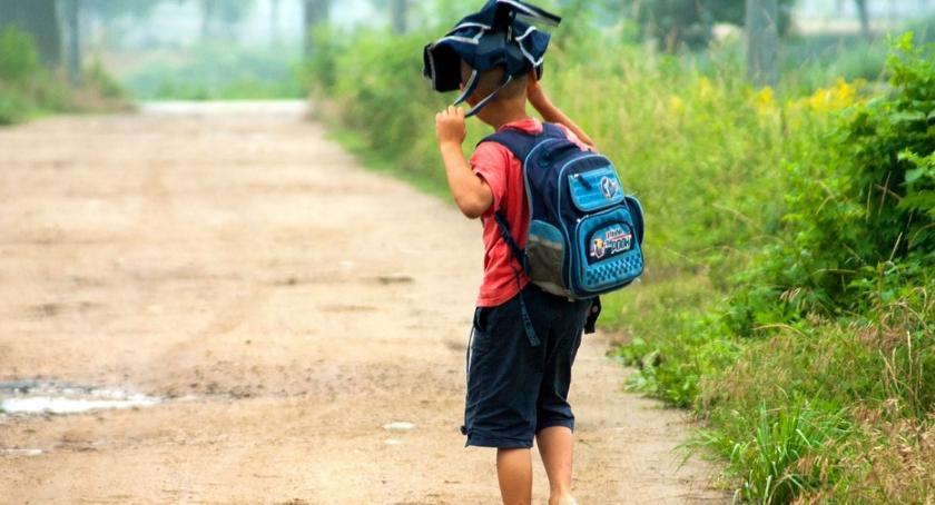 Dzieci i młodzież , dzisiaj składamy papierowe wnioski wyprawkę Dobry Start - zdjęcie, fotografia