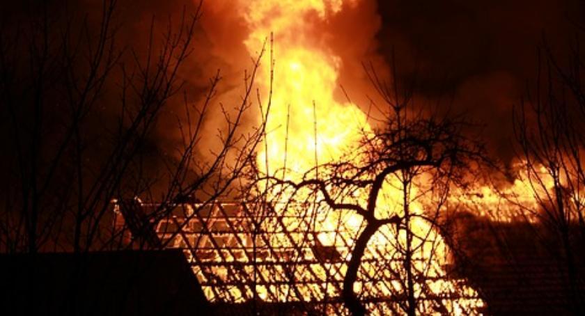 Pożary, Policjanci ugasili pożar bloku Sprawna akcja przed przyjazdem straży - zdjęcie, fotografia