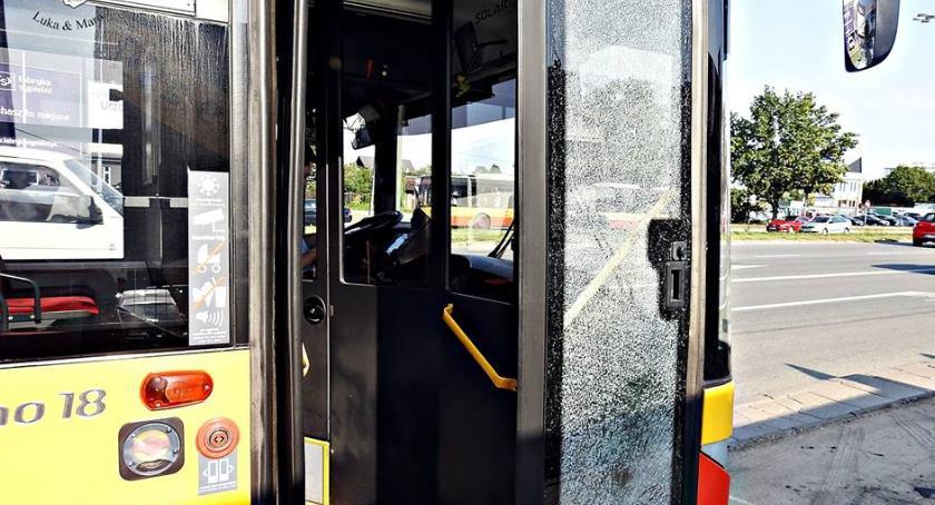 Bezpieczeństwo, Kamień kosiarki zbił szybę autobusie Modlińskiej - zdjęcie, fotografia
