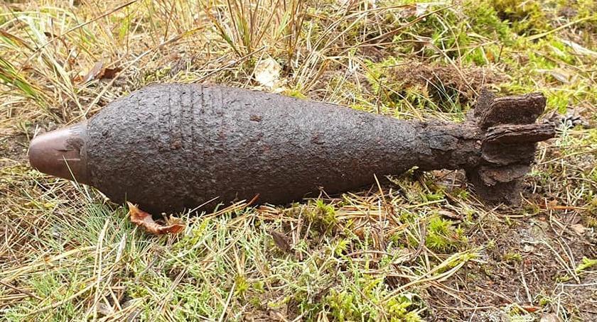 Bezpieczeństwo, Saperzy zabezpieczają pocisk lesie Wałuszewskiej Ostrożnie takimi znaleziskami! - zdjęcie, fotografia