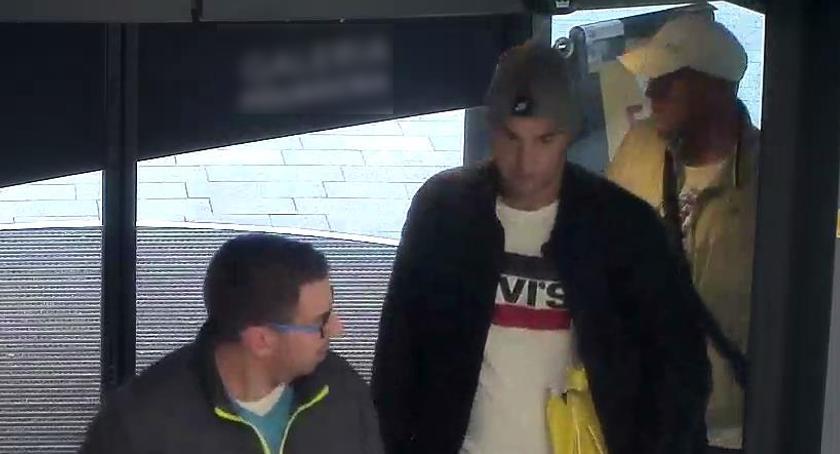 Poszukiwani, Skradziono paczki galerii Policja poszukuje panów widocznych zdjęciach - zdjęcie, fotografia