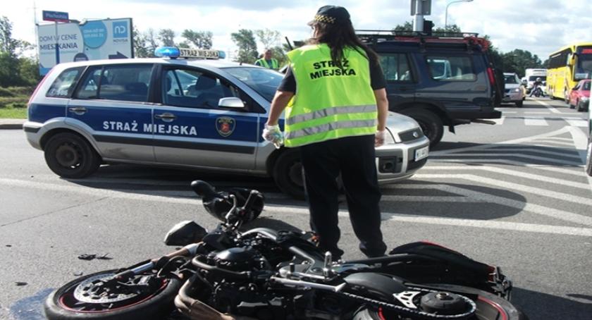 Wypadki, Motocyklista zderzył ciężarówką Poszkodowanemu pomocy udzieliły strażniczki miejskie - zdjęcie, fotografia