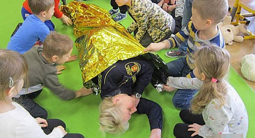 Bezpieczeństwo, Dzieci przedszkola Ceramicznej wiedzą zrobić masaż serca - zdjęcie, fotografia