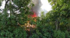 Pożar przy Mehoffera. Strażacy walczą z ogniem trawiącym garaż i dom