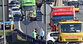 Wczorajszy wypadek na zjeździe z TT. TIR pchał auto niemal 100 metrów...[ZDJĘCIA]