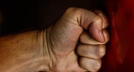 Szarpał, popychał i groził...Syn odpowie za przemoc wobec matki