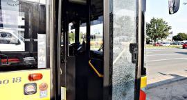 Kamień spod kosiarki zbił szybę w autobusie na Modlińskiej