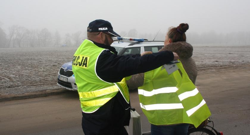 Komunikaty i profilaktyka, Policjanci przypominają bądź widoczny! - zdjęcie, fotografia