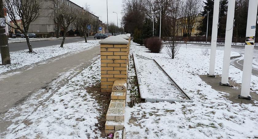 Interwencje, zdewastował bramę - zdjęcie, fotografia