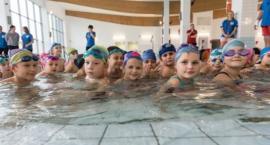 Dzieci uczą się pływać