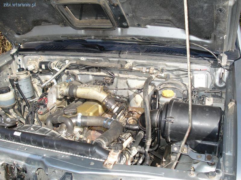 W garażu, Nissan zmiana silnika Terrano - zdjęcie, fotografia
