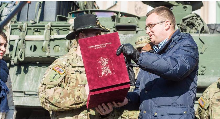 Wiadomości, Wojsko amerykańskie witano honorami polskich żołnierzy było przyjść - zdjęcie, fotografia