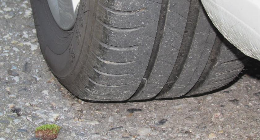 Moto, Niewłaściwe opony samochodzie mogą kosztować utratę odszkodowania - zdjęcie, fotografia