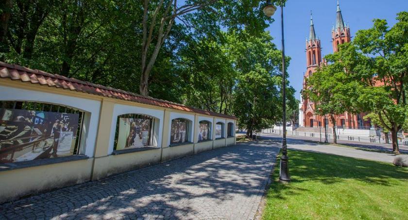 Kulturalnie, końca czerwca można jeszcze zobaczyć wystawę ogrodzeniu Pałacu Branickich - zdjęcie, fotografia