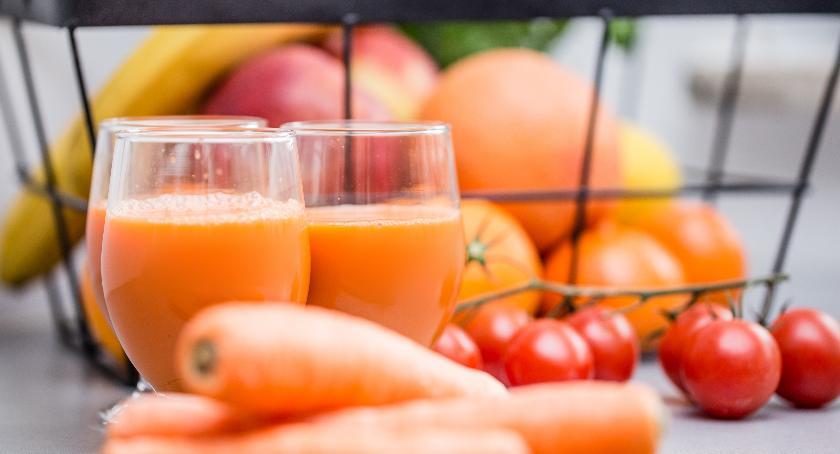Smaczny Białystok, Uczniowie piją mleko jedzą owoce warzywa - zdjęcie, fotografia