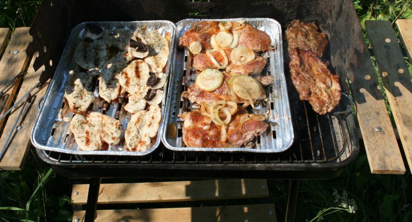 Smaczny Białystok, grilla Rośnie sprzedaż mięsa kiełbas - zdjęcie, fotografia