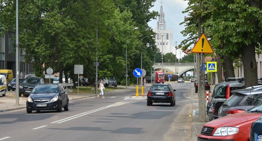 Moto, moment ruszy przebudowa Jurowieckiej Kolejne drzewa topór - zdjęcie, fotografia