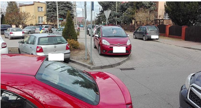 Moto, ulica wąska chodniki szerokie - zdjęcie, fotografia