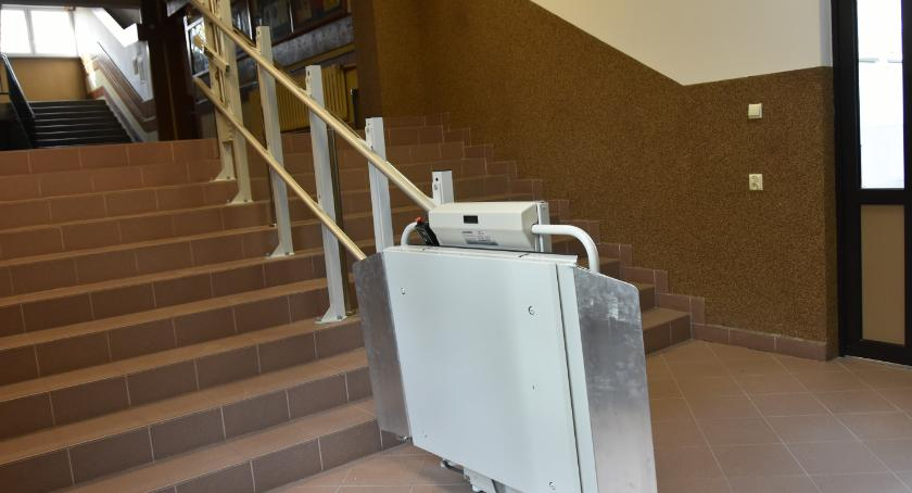 Wiadomości, białostockich szkołach pojawiły ułatwienia osób niepełnosprawnych - zdjęcie, fotografia