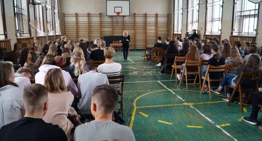 Styl Życia, Polska młodzież potrzebuje dobrego słowa mało życiu codziennym - zdjęcie, fotografia