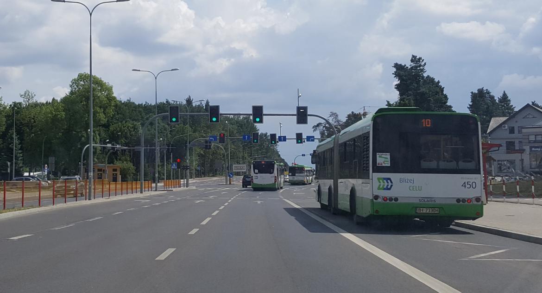 Moto, Autobusy mieszczą ulicy spokojnie będą znaki jezdni - zdjęcie, fotografia