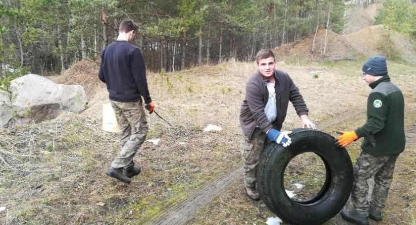 Wiadomości, ludzie lesie wyrzucają ludzkie pojęcie przechodzi - zdjęcie, fotografia