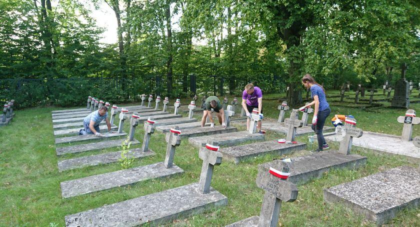 Wiadomości, Utrzymanie cmentarzy grobów wojennych tanich należy - zdjęcie, fotografia