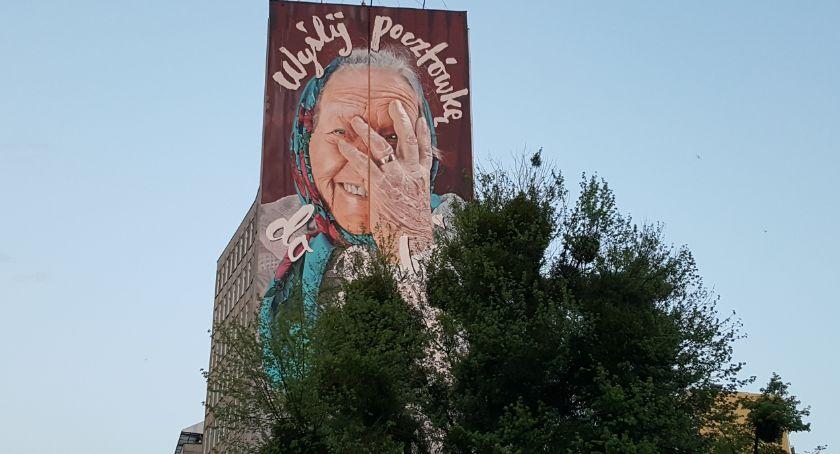 Kulturalnie, Babcia Gienia muralu Czeka pocztówkę! - zdjęcie, fotografia