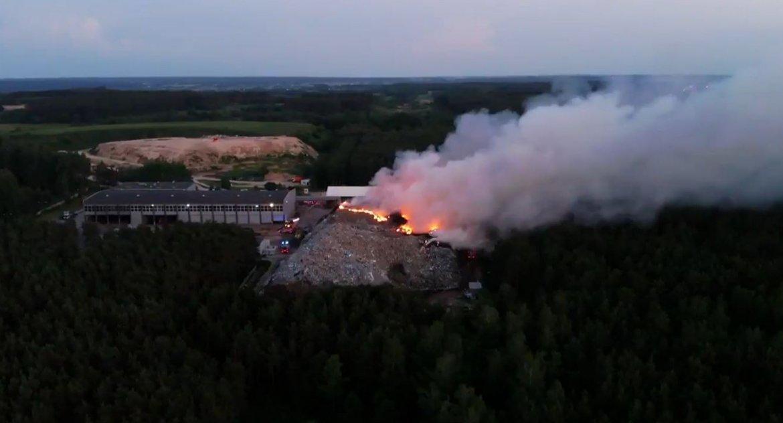 Wiadomości, Pożar Studziankach jeszcze ugaszono dalej sortownią odpadów - zdjęcie, fotografia