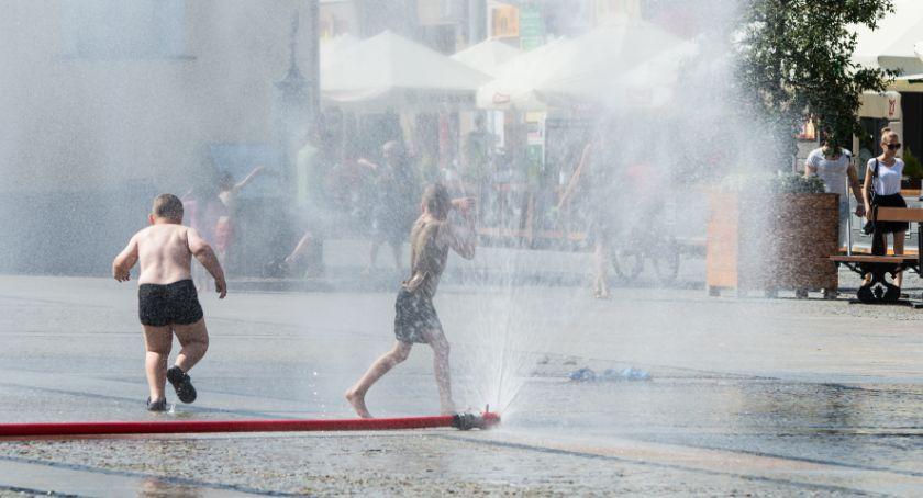 Styl Życia, połowy miesiąca działają kurtyny wodne Rynku Kościuszki - zdjęcie, fotografia