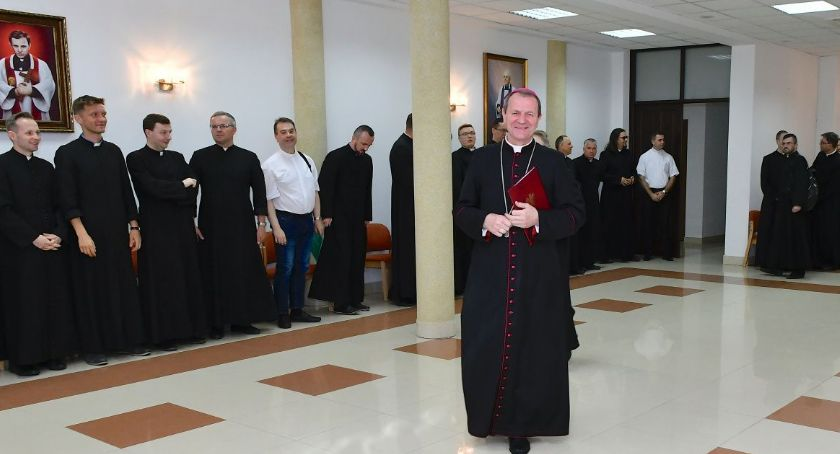 Wiadomości, wikariusze otrzymali nominacje biskupa Wojdy - zdjęcie, fotografia
