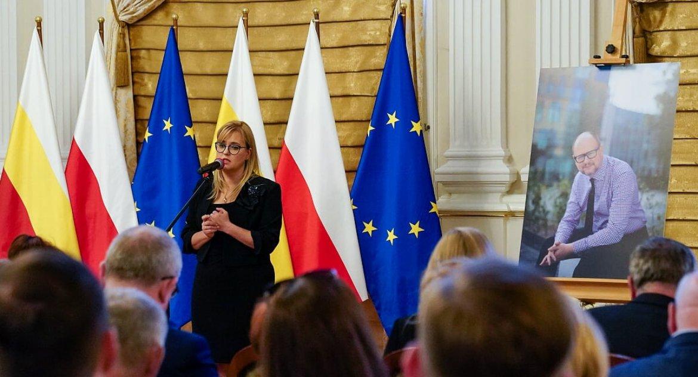 Wiadomości, Adamowicza można było wyprowadzić kajdankach Został honorowym obywatelem Białegostoku - zdjęcie, fotografia