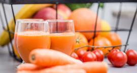 Uczniowie piją mleko oraz jedzą owoce i warzywa