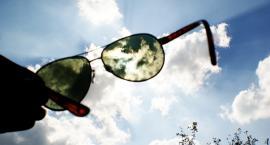 Latem najczęściej nosimy okulary przeciwsłoneczne, które… nie chronią oczu
