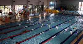 Podczas wakacji warto umieć pływać. BOSiR w tym pomoże