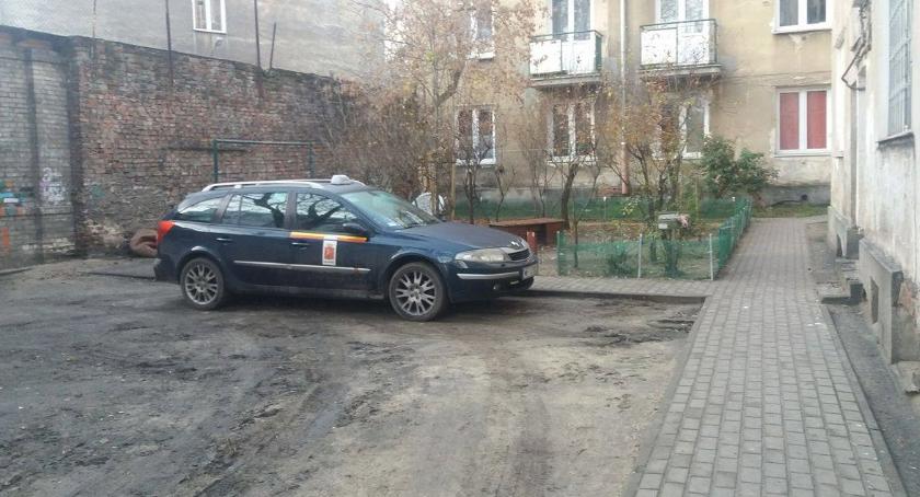 Mieszkalnictwo, Dziki lokator odgrodzone podwórko kamienice Mińskiej problemy - zdjęcie, fotografia