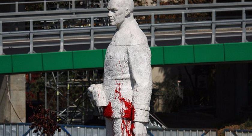 Pomniki, Zdewastowano pomnik Berlinga - zdjęcie, fotografia