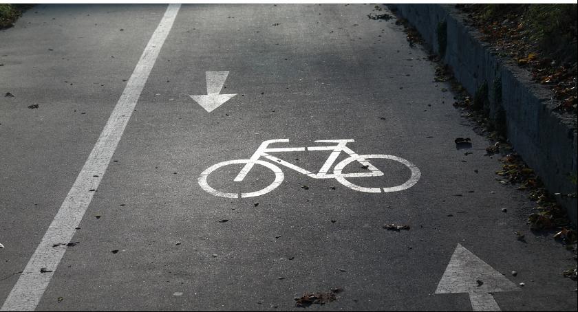 Wypadki, Rowerzysta potrącony przez samochód osobowy pasie rowerów - zdjęcie, fotografia