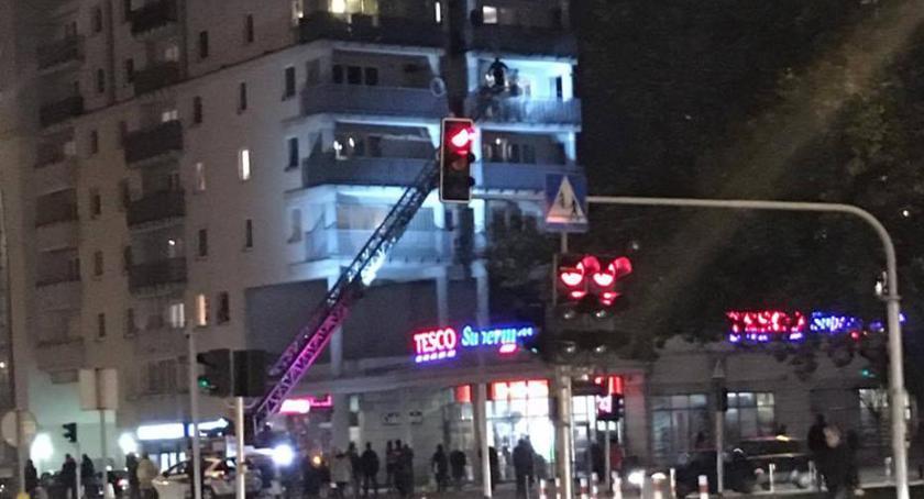 Bezpieczeństwo, Rodzice uwięzieni balkonie przez dziecko - zdjęcie, fotografia