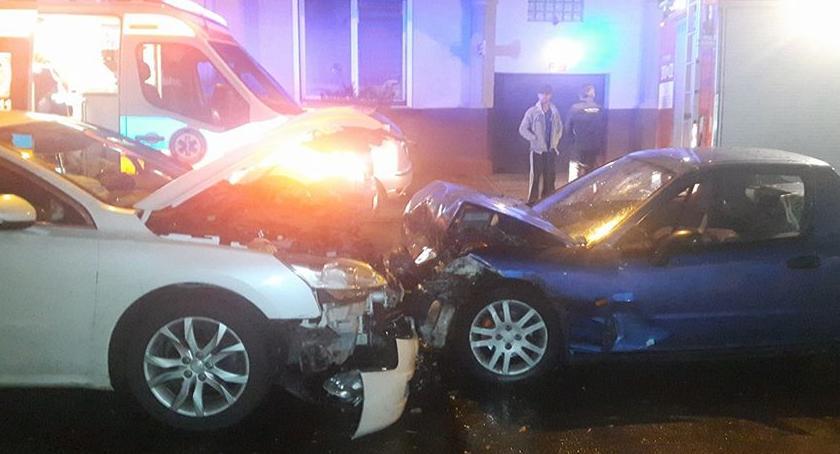 Bezpieczeństwo, Rozbijał stojące samochody końcu doprowadził czołówki - zdjęcie, fotografia