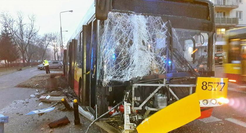 Wypadki, Poranna kolizja autobusu miejskiego znakiem słupkami Saskiej [ZDJĘCIA] - zdjęcie, fotografia