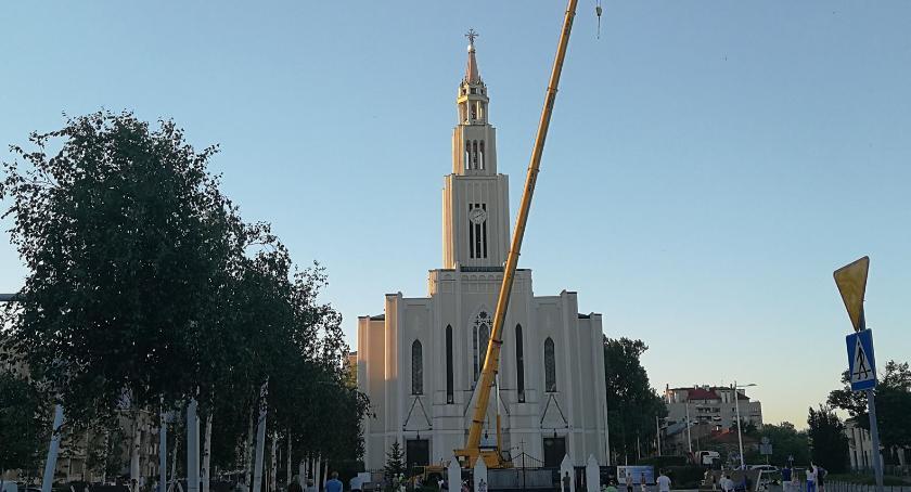 , Krzyż powrócił wieżę kościoła placu Szembeka [ZDJĘCIA] - zdjęcie, fotografia