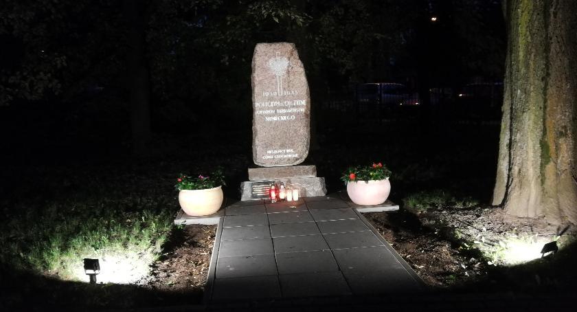 Pomniki, Obelisk wrócił swoje miejsce Parku Znicza - zdjęcie, fotografia