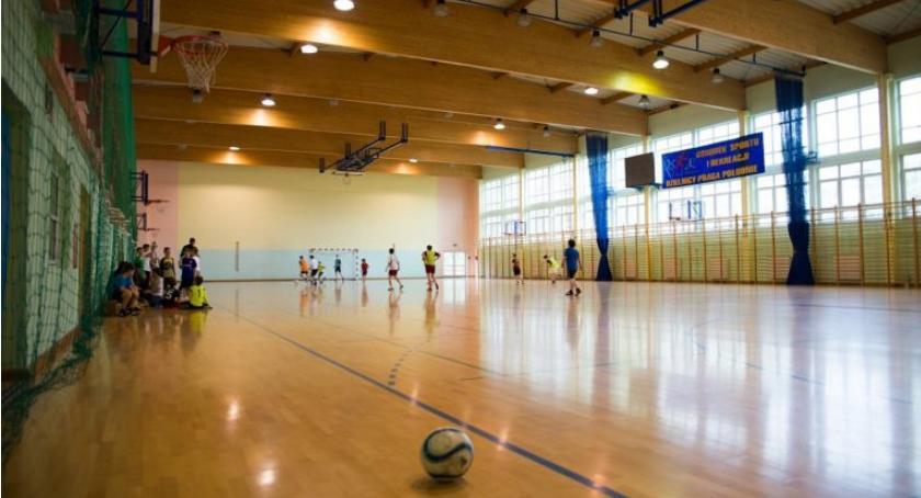 Hala Saska przy ul. Angorska 2 - miejsce do uprawiania sportów zespołowych, gry w kręgle i siłownia
