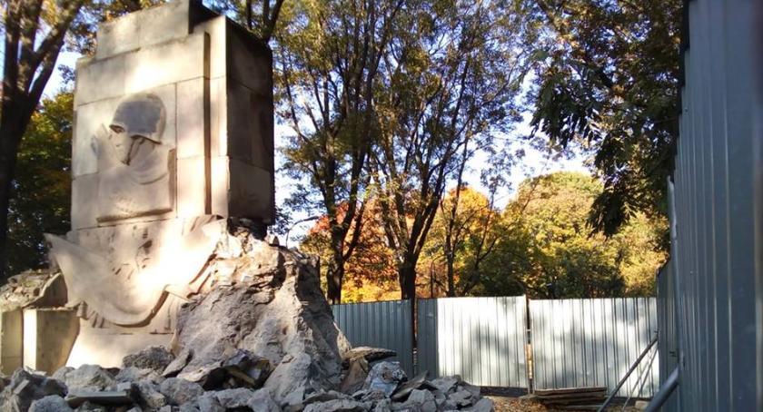 Pomniki, Ruszyła rozbiórka pomnika parku Skaryszewskim - zdjęcie, fotografia