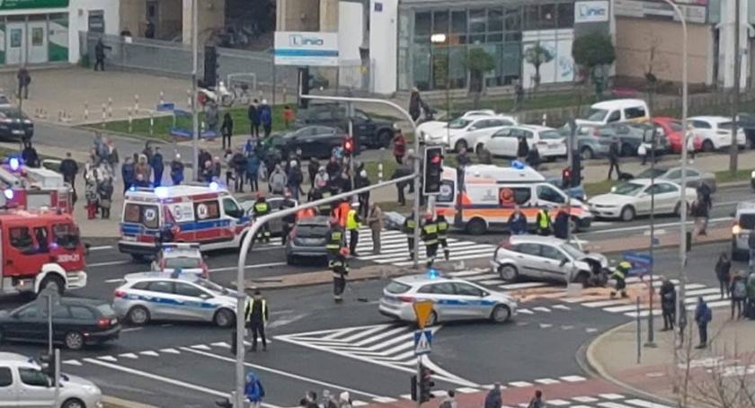 Wypadki, Groźny wypadek skrzyżowaniu Fieldorfa Komorowskiego utrudnienia ruchu - zdjęcie, fotografia