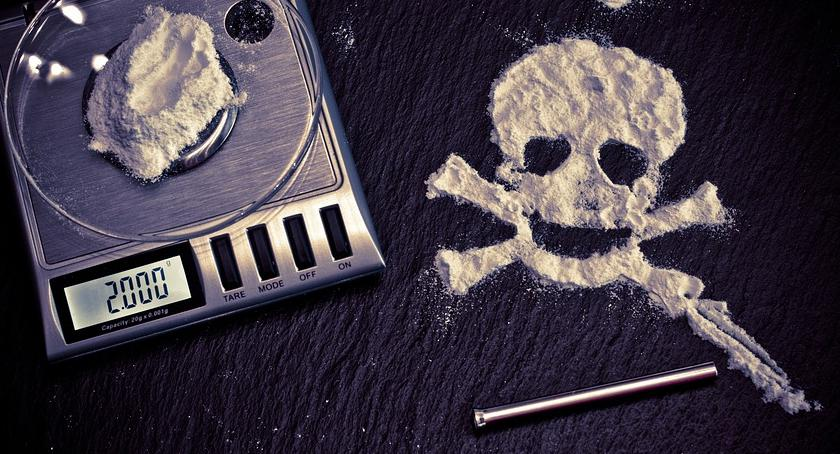 Narkotyki, Wystawał przed szkołą osiedlu - zdjęcie, fotografia