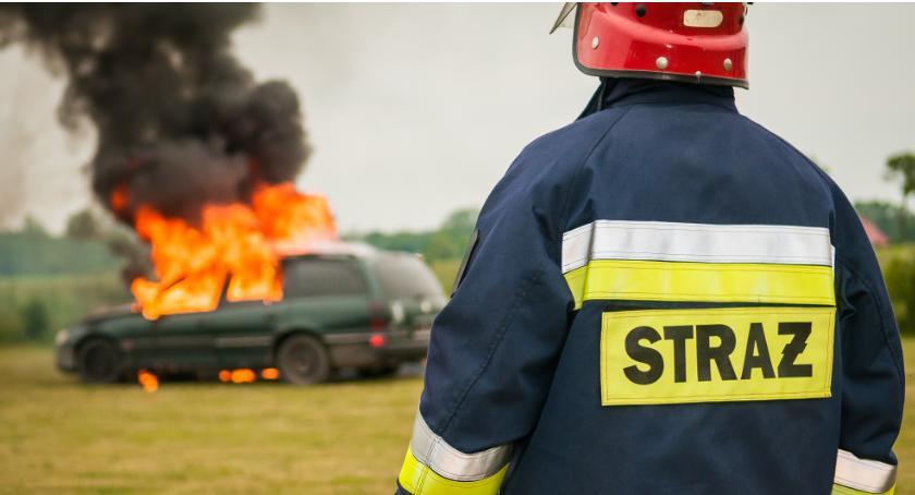 Pożary, Pożar gocławskim parkingu płonący samochód szlaban który chciał podnieść - zdjęcie, fotografia