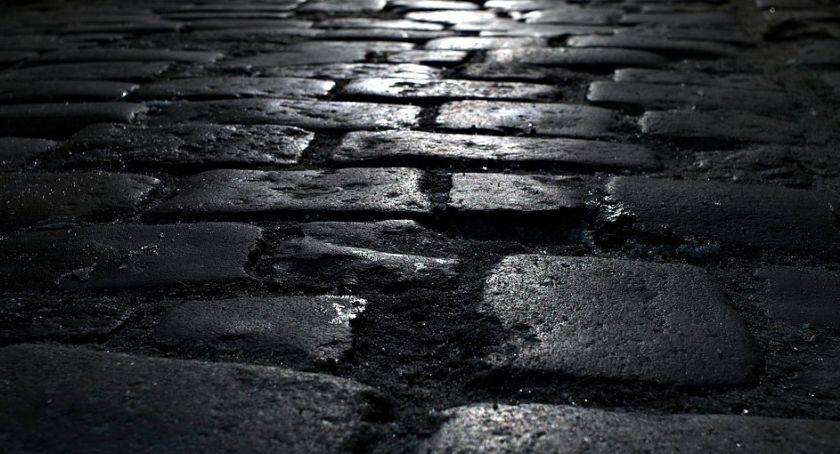 Ulice, Remont Grochowskiej Natrafili kostkę brukową torami - zdjęcie, fotografia